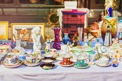 Gamla koppar på loppmarknaden Porslinporslinet rånar Te- och kaffeuppsättning royaltyfri bild