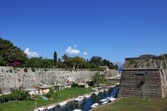 Gamla Korfu fästningväggar och parkerar Royaltyfri Bild