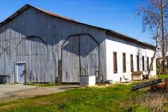 Gamla korrugerade Tin Building And Warehouse Abandoned arkivbild