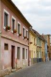 Gamla kulöra hus i Sibiu, Rumänien Arkivfoto
