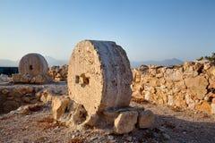 Gamla kvarnstenar i den Alicante Santa Barbara slotten Royaltyfri Fotografi
