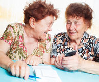Gamla kvinnor betraktar kvitton Arkivbilder