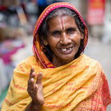 Gamla kvinnor för stående i traditionell klänning i gatan Katmandu, Nepal Fotografering för Bildbyråer