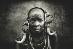 Gamla kvinnor från den afrikanska stammen Mursi, Etiopien arkivfoto