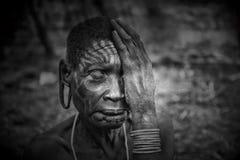 Gamla kvinnor från den afrikanska stammen Mursi, Etiopien arkivfoton