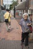 Gamla kvinnor på gatan Arkivbilder