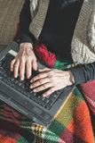 Gamla kvinnor som använder bärbara datorn Royaltyfri Foto