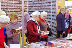 Gamla kvinnor väljer böcker Fotografering för Bildbyråer