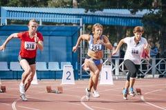 Gamla kvinnors start på 100 meter Arkivbilder