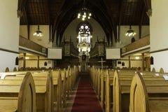 Gamla kyrkliga träkyrkbänkar Royaltyfria Foton