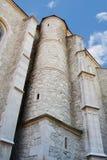 Gamla kyrkliga yttre stenväggar och kolonner med små fönster (oculusen) Arkivbild