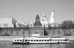 Gamla kyrkor av MoskvaKreml Kryssningskeppet seglar på Moskvafloden Royaltyfri Fotografi