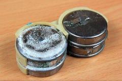 Gamla läckte och korroderade batterier för myntkadmium Royaltyfria Foton