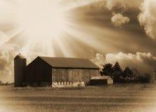 Gamla ladugård och solstrålar arkivfoto