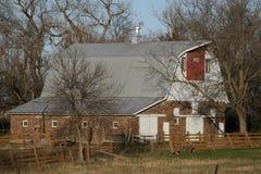 Gamla ladugårdar, som pricker fortfarande vårt landskap, använd någon och några som är oanvända Royaltyfri Fotografi