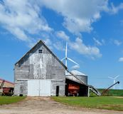 Gamla ladugård- och vindturbiner Royaltyfri Fotografi