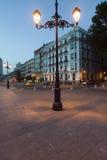 Gamla lampa och byggnader nära Royal Palace på skymning i Madrid, Spanien Royaltyfri Foto