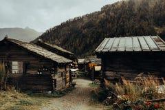 Gamla lantliga hus i schweiziska berg arkivbilder