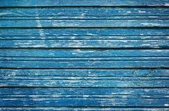 Gamla lantliga träplankor med knäckte blått målar, tappningväggträ för bakgrund Arkivfoto