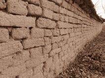 Gamla leramurverk i Sepiafärg Vägglerategelstenar och sprickor som är passande för lantlig retro stilbakgrund royaltyfria foton