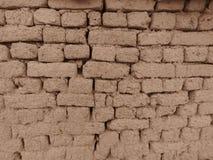 Gamla leramurverk i Sepiafärg Vägglerategelstenar och sprickor som är passande för lantlig retro stilbakgrund arkivfoton