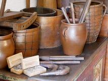 Gamla leravaser och krukor Arkivbilder