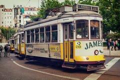 Gamla Lissabon, Portugal, 2016 05 06 - fyra och berömda spårvagnar inga 28 s Royaltyfria Bilder