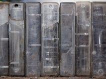 Gamla ljudband i smutsiga plast- askar, övre sikt för slut Bakgrund av tappningljudkassetter som i rad står på Arkivbilder
