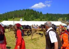 Gamla människor på den bulgariska mässan royaltyfria bilder