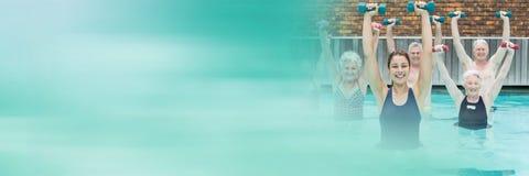 Gamla människor som övar i simbassäng med övergång arkivbilder