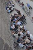 Gamla människor som spelar mahjong i gatan arkivbilder
