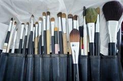 Gamla makeupborstar i hållare Arkivbilder