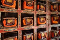 Gamla manuskriptfolioarker i arkiv av den Thiksey kloster Ladak royaltyfri bild