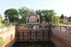 Gamla markisstrukturer för ålder på den historiska Fatehsagar vattenbehållaren i Jhunjhunu Rajasthan Indien Arkivbild