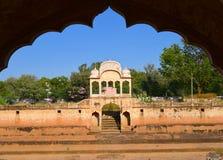 Gamla markisstrukturer för ålder på den historiska Fatehsagar vattenbehållaren i Jhunjhunu Rajasthan Indien Arkivfoto