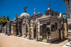 Gamla mausoleer i den berömda Recoleta kyrkogården i Buenos Aires Argentina royaltyfri foto