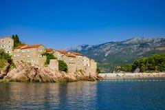 Gamla medeltida hus vaggar på i havet, Balkans som är medelhavs- Arkivfoton