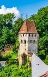 Gamla medeltida tinsmithss torn i Sighisoara, Mures län, Transylvania, Rumänien royaltyfri fotografi