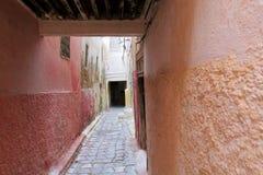 Gamla medina gator i moroccan stad Arkivbild