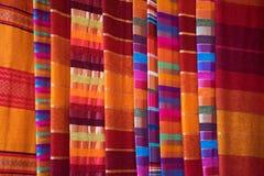 Gamla medina marrakech Shoppa lite med färgrika halsdukar Övre skärm för slut Marknadsställe Arkivbilder