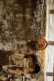 Gamla metallbojor på händer i forntida fängelse arkivbilder