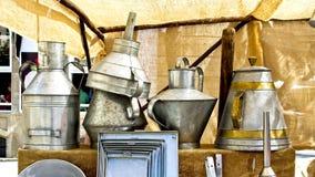 Gamla metallkökkrukor, på Feira Franca i Pontevedra arkivfoto