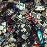 Gamla mobiltelefoner som är till salu på en loppmarknad Arkivfoto