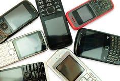 Gamla mobiltelefoner som isoleras på vit bakgrund arkivfoton