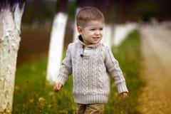 Gamla moderiktiga 2 år behandla som ett barn att posera för pojke Arkivbild
