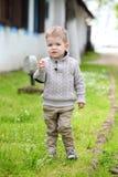 Gamla moderiktiga 2 år behandla som ett barn att posera för pojke Royaltyfria Foton
