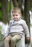 Gamla moderiktiga 2 år behandla som ett barn att posera för pojke Fotografering för Bildbyråer