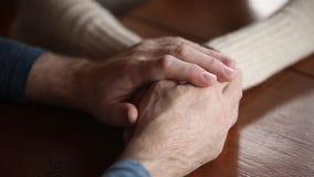 Gamla mogna par som rymmer händer som ger service- och omsorgbegrepp stock video