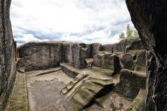 Gamla moment och kammare på överkanten av sandstenen vaggar Royaltyfria Foton