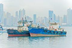 Gamla motoriska fartyg och Panama skyskrapor på bakgrunden Arkivbild
